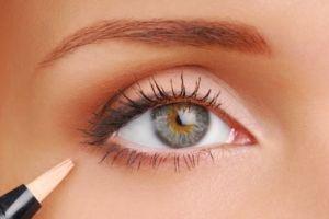 Frauenauge bei Wimpern färben